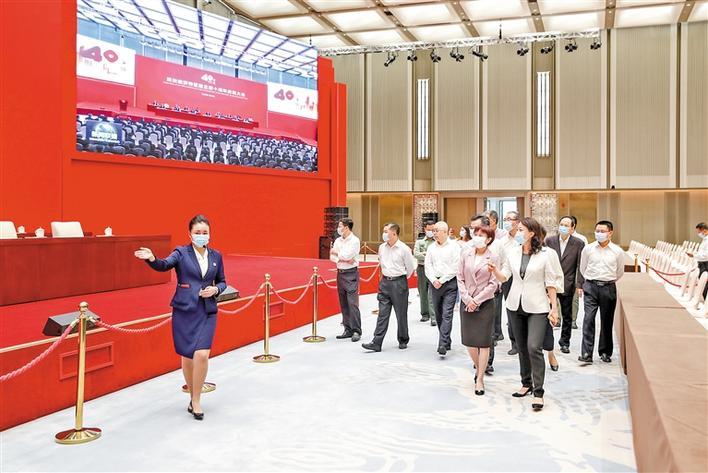 """区领导集体参观""""从先行先试到先行示范——庆祝深圳经济特区建立40周年展览"""""""