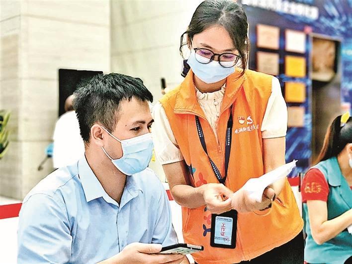 观澜街道公共服务办党员志愿者杨秀宁坚守疫情防控一线获点赞