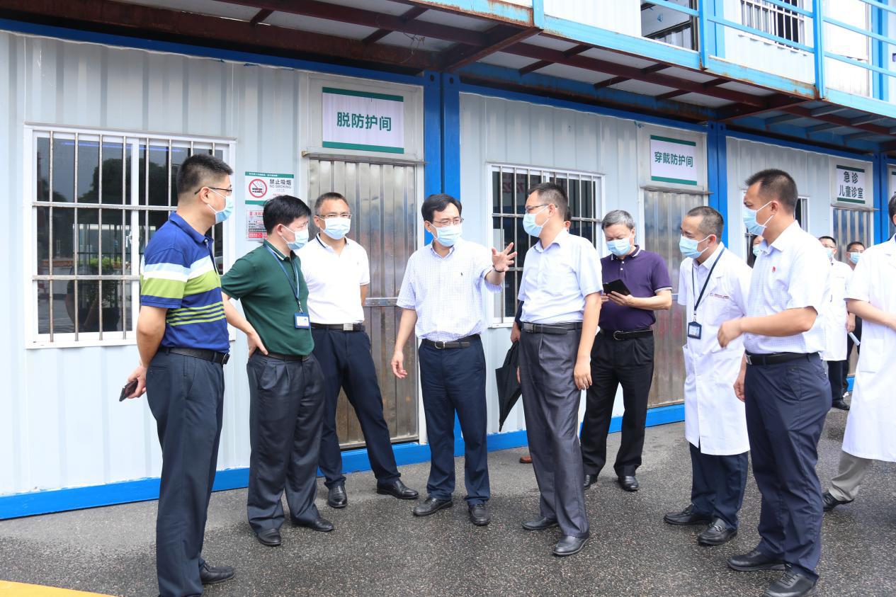 邓艳东副区长现场督导检查龙华区人民医院文明城市创建工作