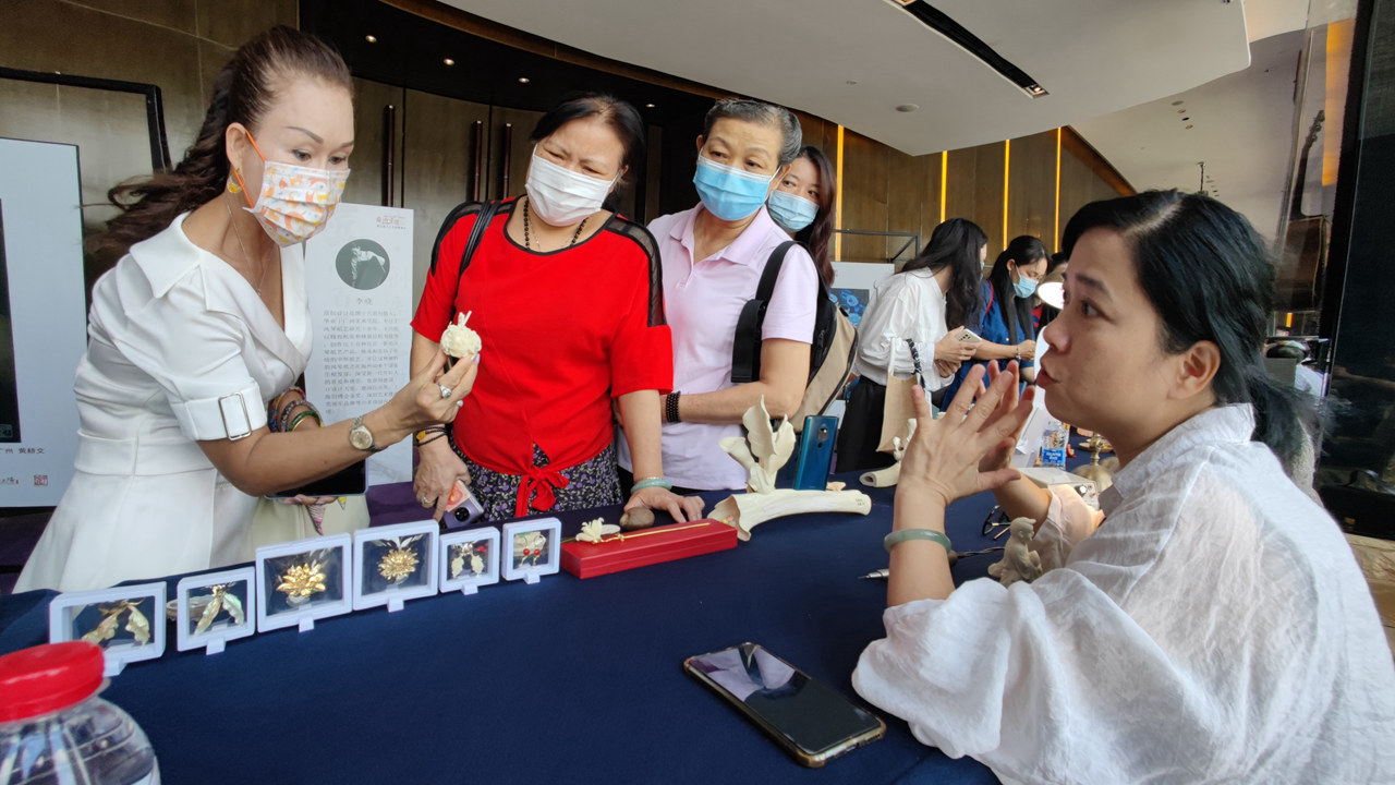 Youths attracted by traditional handicrafts,longhua,longhua district,Longhua Government Online
